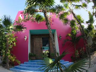The Pink House: 3BR Fantasy World on Soliman Bay, Bahía de Soliman
