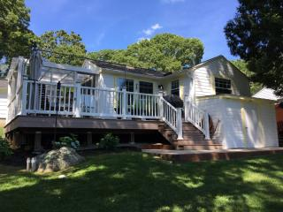 Swanky Cottage So Close to Misquamicut Beach, Westerly