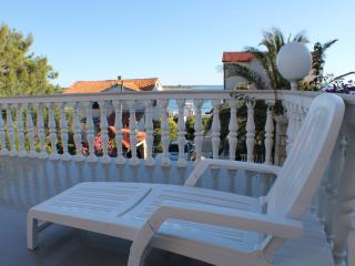 Apartment for 6 with large terrace, Novalja