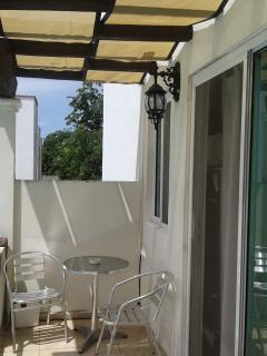 balcón con mesa de jardin