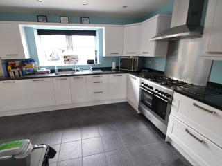 Fitted kitchen with range cooker, 2 dishwashers and american-style fridge freezer
