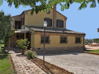 Private villa with pool,15 km to the coast, Marche, Morrovalle