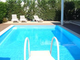 A lovely Modern Villa with Swimming Pool. Within a Golf Resort, Sleeps 6