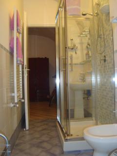 In bagno con doccia