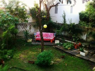 Sunny room in house with garden, Lisboa