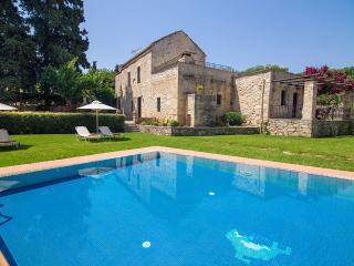 Villa Kontis, Maza