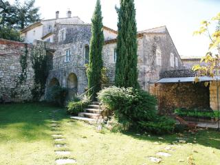 Beautiful stone house w. garden & pool in Provence