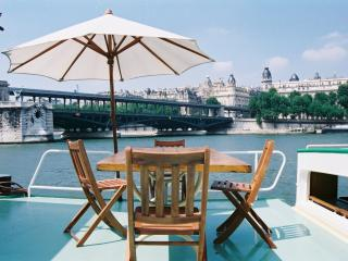 Romantic Town Houseboat at the Eiffel Tower, Paris