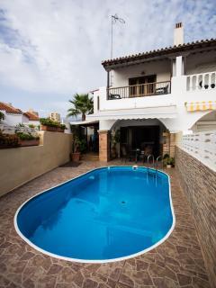 frente de la casa y piscina privada