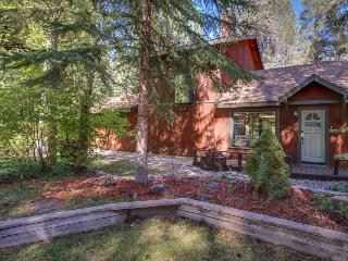 Cozy home w/hot tub, sauna, patio w/horseshoe pit - magical inside & out!, South Lake Tahoe