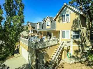 Gorgeous abode a short walk from the lake w/ a cozy wood fireplace & jetted tub, Big Bear Region