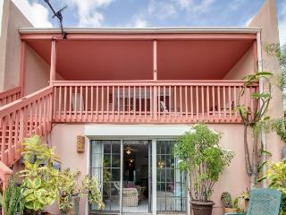 Cute, dog-friendly house close to beach w/patio & garden!