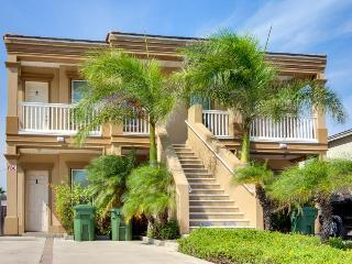 Lovely condo two blocks from the beach w/ shared pool access!