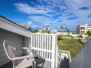 Accessible & dog-friendly ground-floor unit - one block away from the beach!