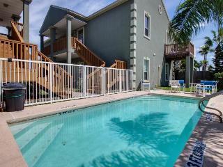 Shared pool & beach access in this great condo - dog-friendly, too!, South Padre Island