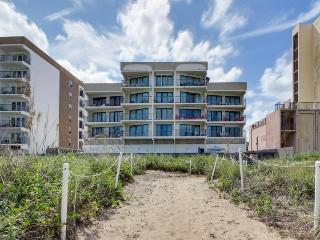 Oceanfront condo w/easy beach access, shared pool & hot tub!, South Padre Island