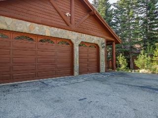 Wonderful grand mountain lodge with hot tub & game room - make family memories!