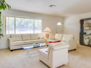 Bright and nicely furnished getaway, just blocks from El Paseo Drive, Palm Desert