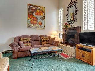 Charming condo w/pool & hot tubs, close to slopes w/views!, Rico