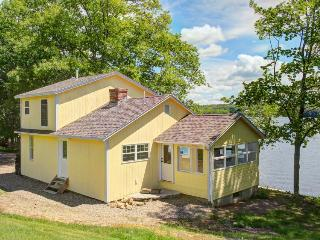 Newly restored, watefront cottage w/ private dock, fireplace and farm - dogs OK, Newcastle