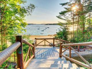 Vintage, dog-friendly log cabin w/ beach club access, very close to harbor, Boothbay Harbor