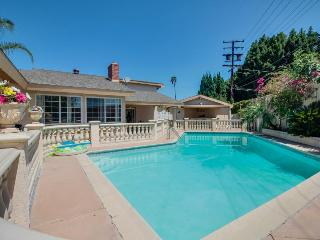 Luxury estate w/ pool for up to 16! 4 miles from Disneyland!