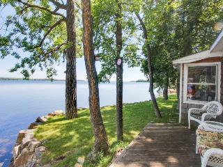 Cozy, waterfront cottage on the shores of Lake Champlain, great for couples!