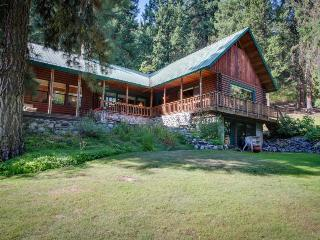 Spacious log cabin w/ wood stove - just minutes from downtown Leavenworth!