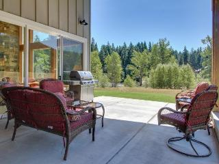 Beautiful & spacious riverfront estate w/ private hot tub. Dogs welcome!