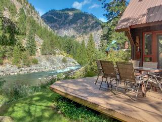 Picturesque riverfront home w/private hot tub, stunning river views!, Leavenworth