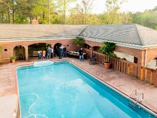 Expansive estate with a pool & hot tub - great for weddings!