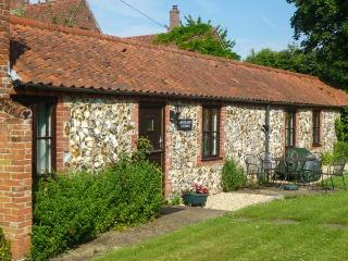 MOONLIGHT COTTAGE, single-storey cottage, romantic retreat, with garden and parking, in Coltishall, Ref 19822