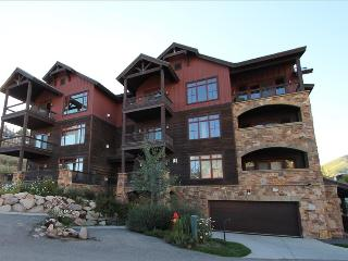 2 BR Black Diamond Lodge condo, bedrooms on separate floors, hot tub.  LOCATION, Crested Butte