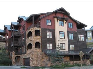Perfect 2 BR Black Diamond Lodge unit, sleeps 6, hot tub!  Across street from slopes!, Crested Butte