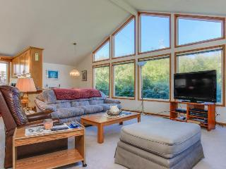Cozy, dog-friendly getaway, one block from the beach & ocean!