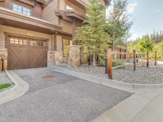 Creek-side townhouse w/private hot tub close to slopes!, Copper Mountain