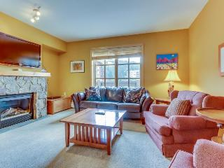 Luxurious corner condo with a shared pool and hot tubs, close to ski slopes!, Copper Mountain