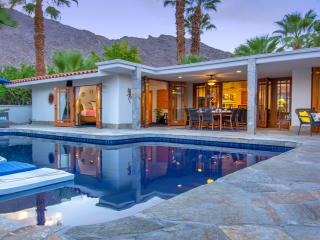 Casa Azul - Stay in luxury, walk to downtown., Palm Springs