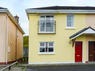 THE RED DOOR, open fire, en-suite, lawned garden, parking, in Lahinch, Ref 90561