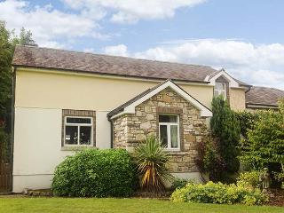 SUIRMOUNT COTTAGE, en-suite, sun trap patio, ideal for a family, in Clonmel