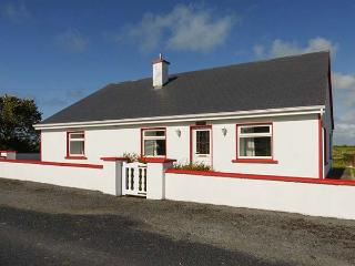 WILD ATLANTIC VIEW, spacious bungalow, off road parking, garden, in Kilbaha, Ref