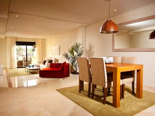 Apartment for 4 by the beach at Puerto Banús, Marbella