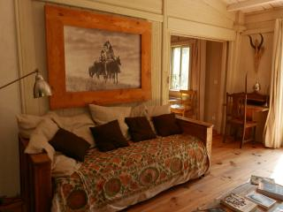 Salon de la première cabane un espace intime pour se reposer des longues promenades environnantes.