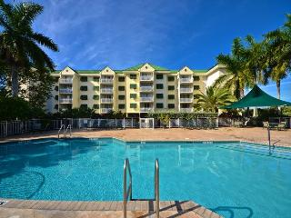 Amazing condo with rare island views! Close to Smathers Beach!, Key West