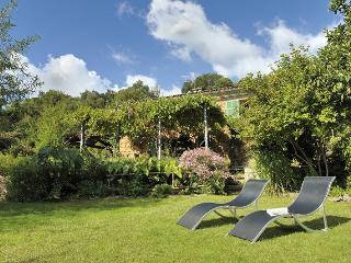 Maison de caractère en pierre dans jardin arboré, Ocana
