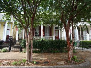 Garden District Charmer off historic St Charles Ave Large yard & porch, dogs ok