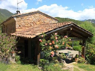 Maison de caractere en pierre dans jardin arbore