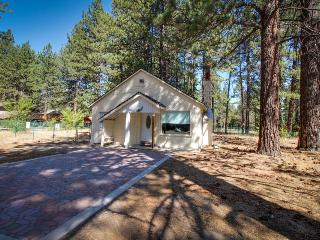 Cozy A-frame cottage with a wood-burning fireplace - perfect for quiet getaway!, South Lake Tahoe