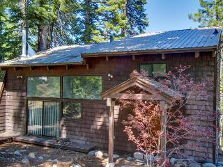 Private hot tub, great location, fireplace, and room for 8!, Tahoe City