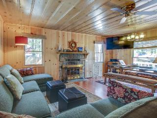Cute cabin w/ private hot tub, less than a mile from Lake Tahoe!